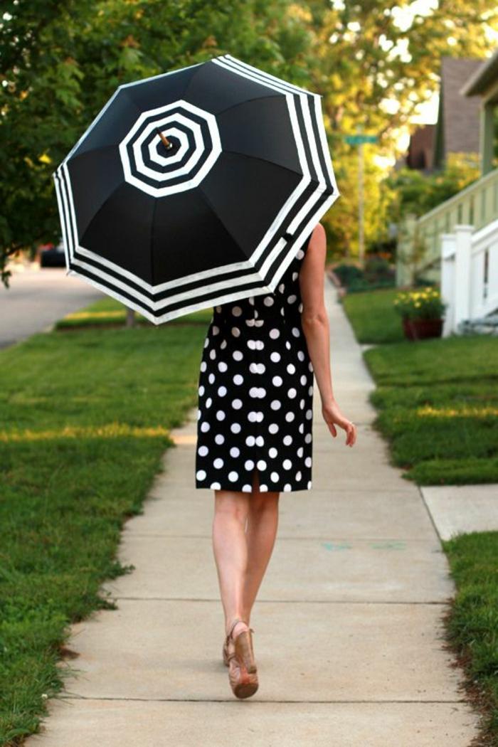 ausgefallene-regenschirme-schönes-modell-kombiniert-mit-einem-kleid