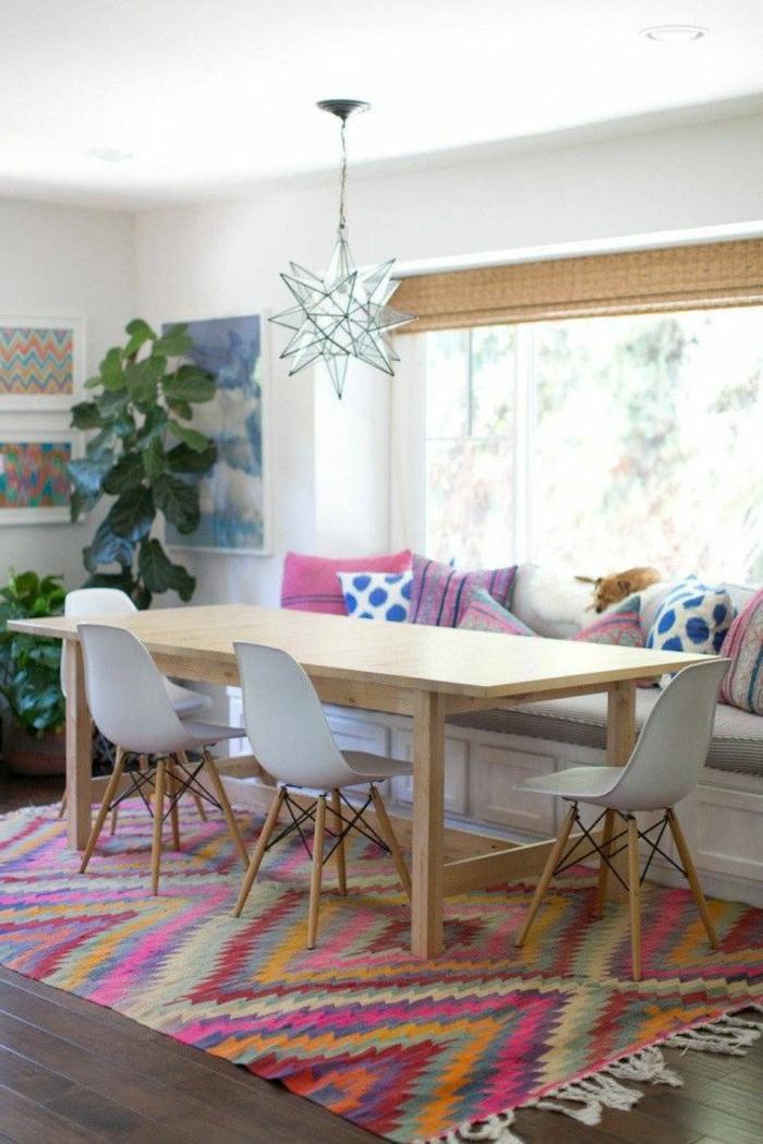 böhmische-Esszimmer-Gestaltung-bunter-Teppich-Designer-Stühle-dekorative-Kissen-interessante-Leuchte