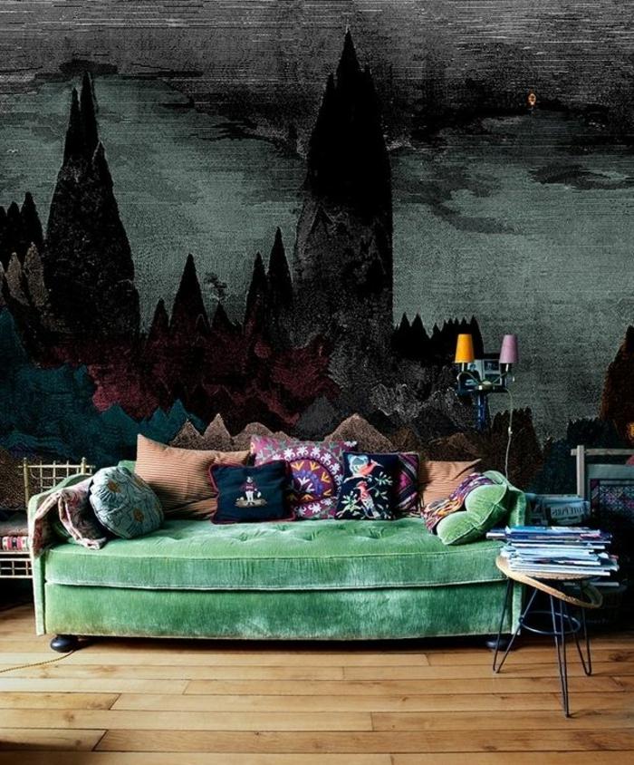 böhmische-Wohnzimmer-Gestaltung-Samt-Sofa-grün-Tapeten-dunkles-Muster-gotisch