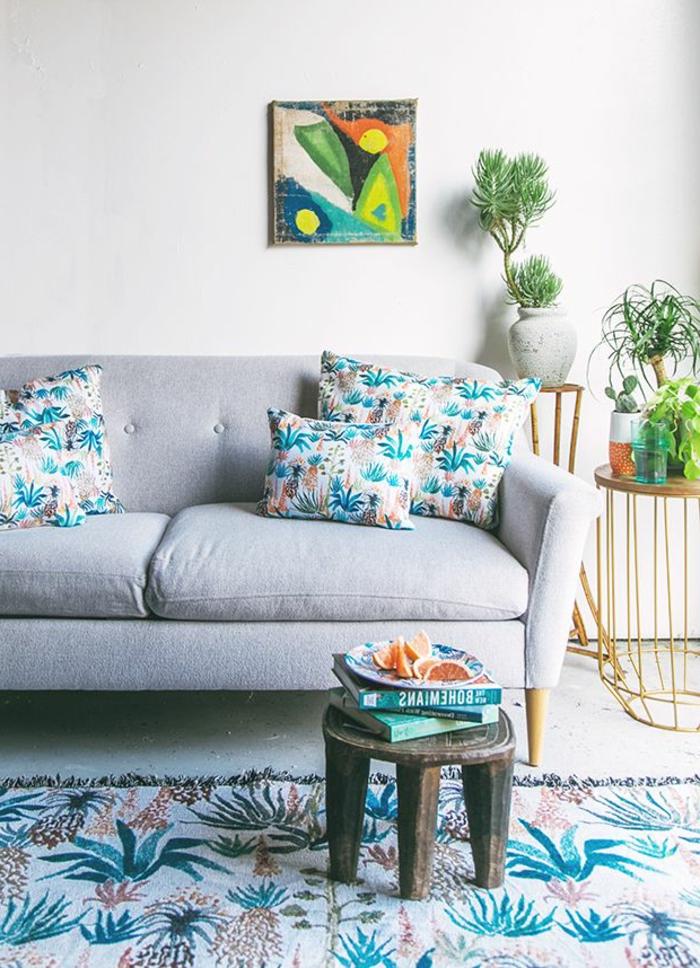 böhmische-Wohnzimmer-Gestaltung-Sofa-Hocker-Bücher-Orange-Topfpflanzen-Bild