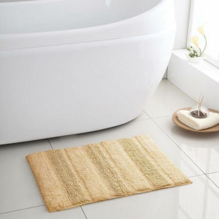 baumwolle-badematte-kleines-gelbes-modell-neben-der-badewanne