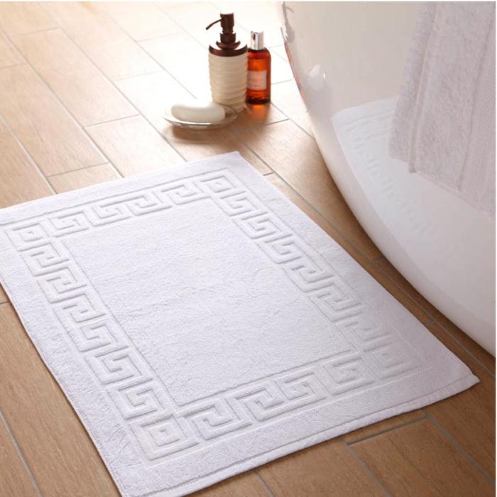 baumwolle-badematte-weißes-modell-neben-der-badewanne
