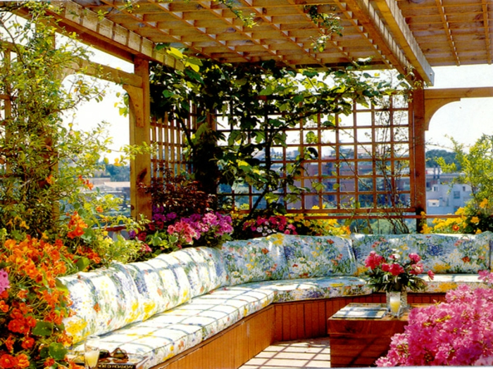 bepflanzung- dachterrasse-bunte-sitz-polster-und-blumen