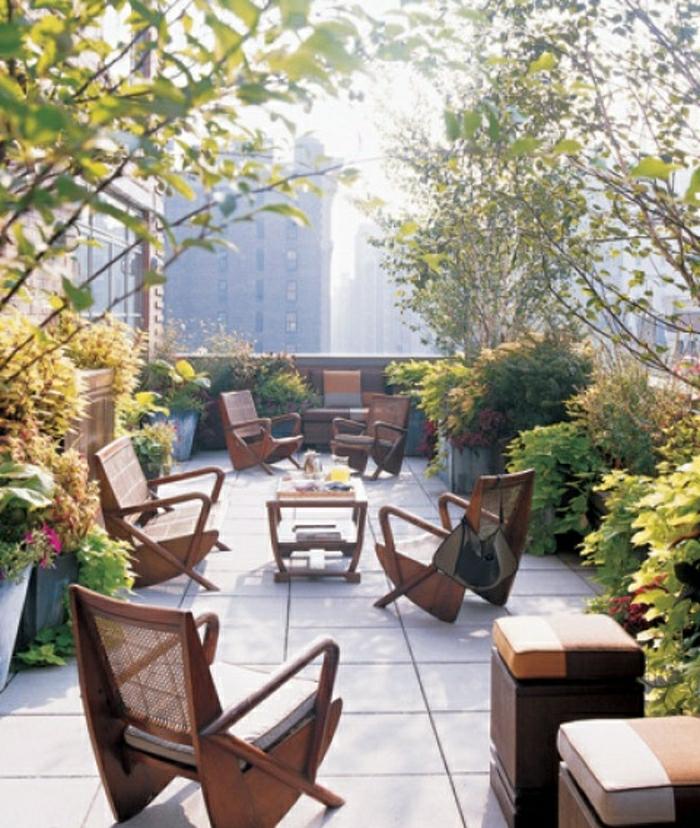bepflanzung- dachterrasse-holz-stühle