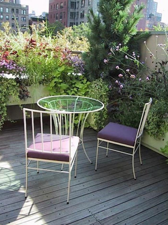 bepflanzung- dachterrasse-und-runder-tisch-mit-zwei-stühle