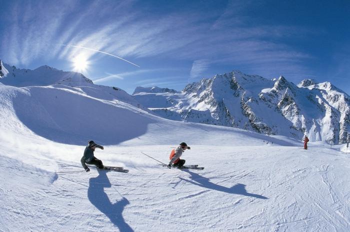 bilder-von-skifahren-zwei-freunden-laufen-ski