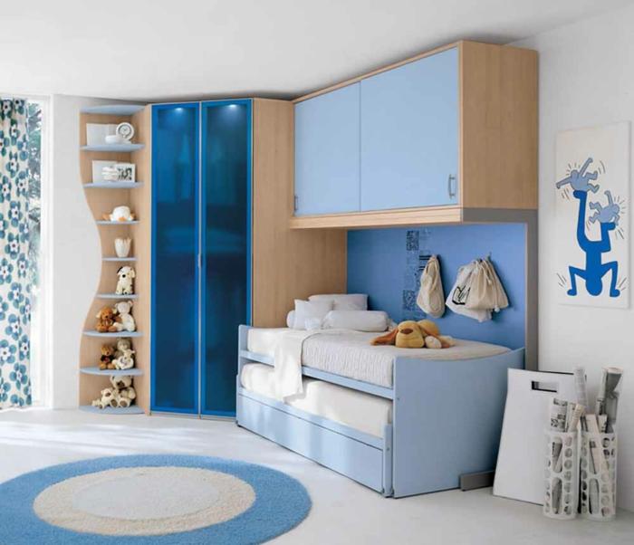blaues-Kinderzimmer-Möbel-interessantes-Design-cooler-Kleiderschrank-blau-Plüschtiere