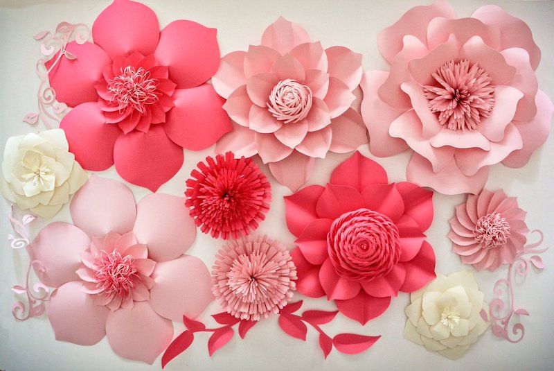 blume aus papier falten rosa und weiße blumen in verschiedenen größen