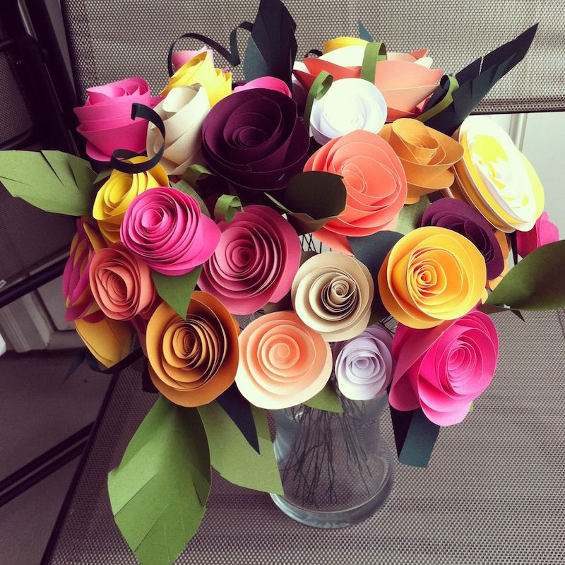 blumenstrauß aus papier basteln bunte kunstblumen in glassvase