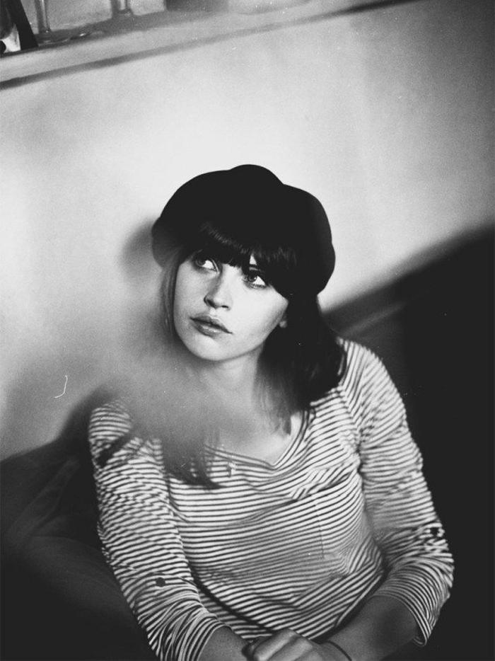 britische-Schauspielerin-Felicity-Jones-französischer-Stil-Barett-schwarz-weißes-Foto-stilvoll-schick