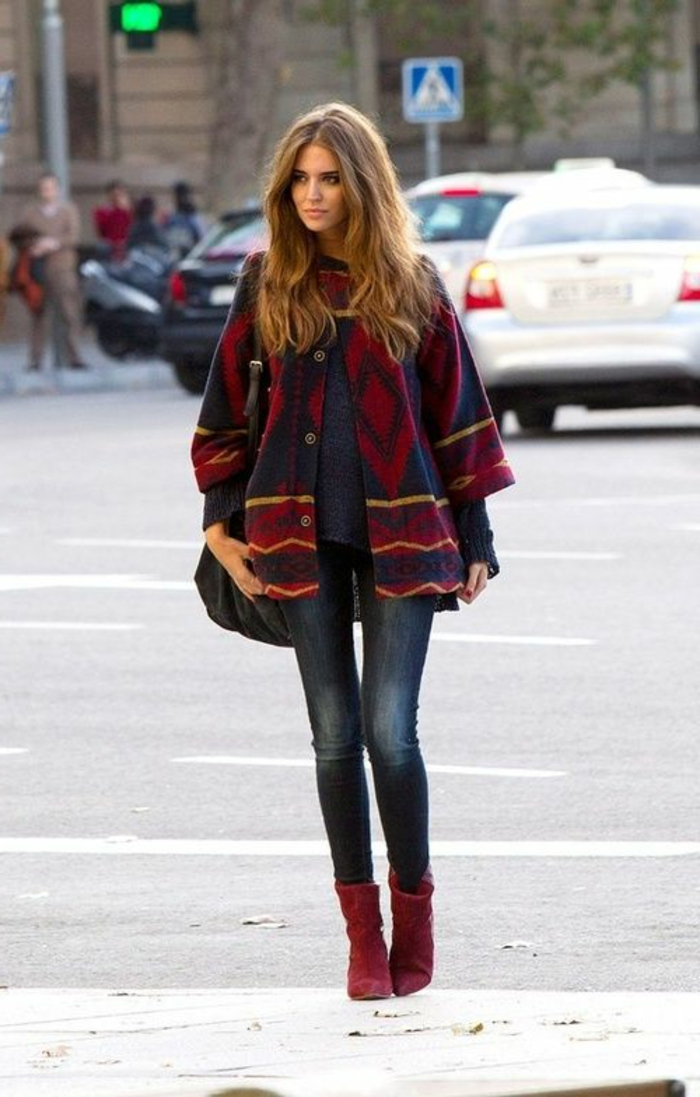bunter-Poncho-Jeans-weinrote-Schuhe