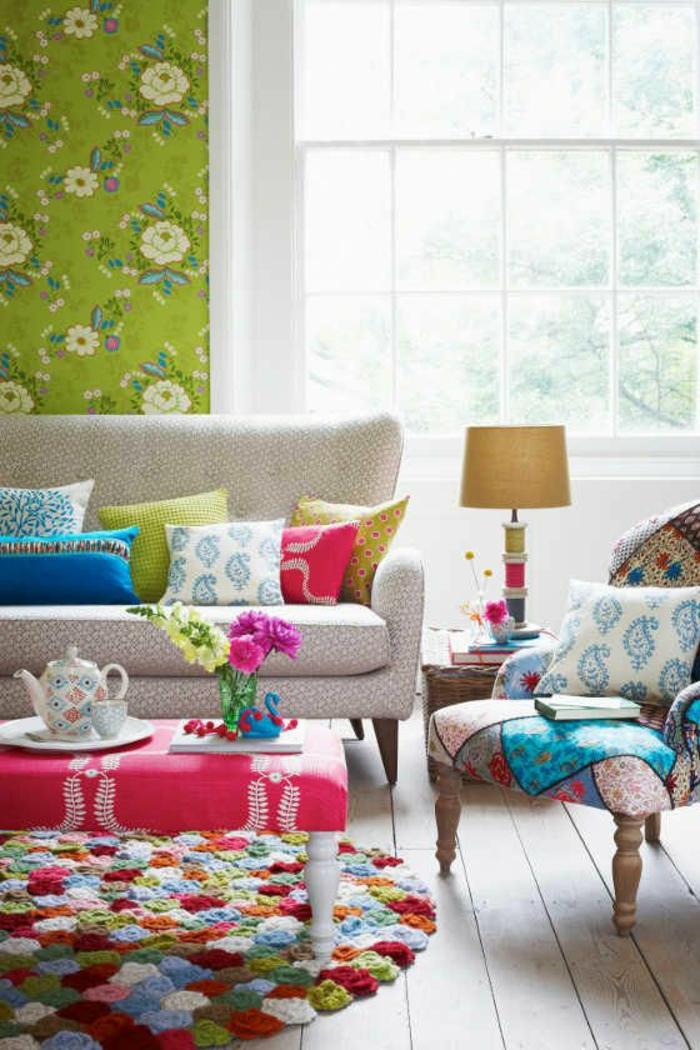 buntes-Interieur-Patchwork-artistisch-kreativ-grüne-Tapeten-florale-Motive-frisch