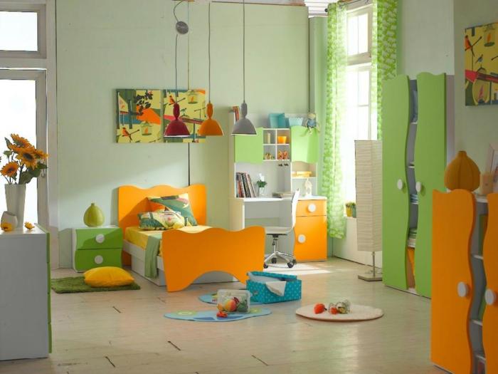 buntes-Kinderzimmer-Designer-Möbel-Schränke-cooles-Design-frische.Farben-Schreibtisch-industrielle-Lampe-oranges-Bett