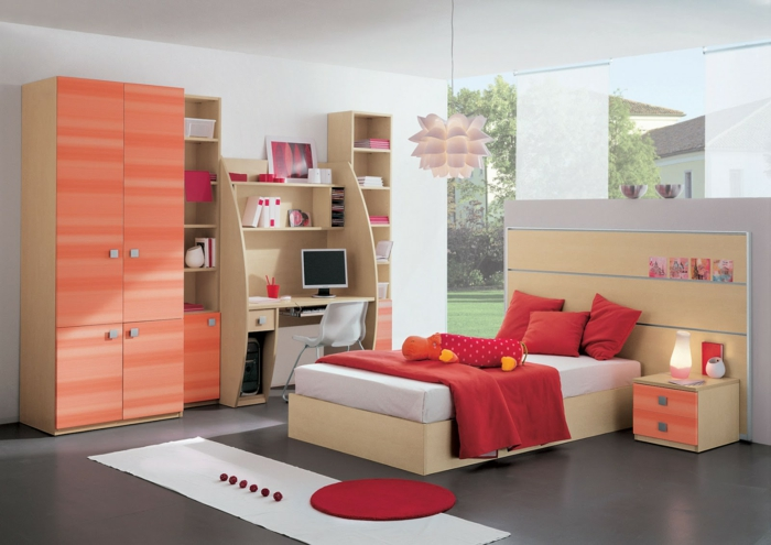 coole-Kinderzimmer-Gestaltung-rote-Bettwäsche-Nachttisch-Schrank-Koralle-Farbe-Designer-Leuchte-Schreibtisch-Computer
