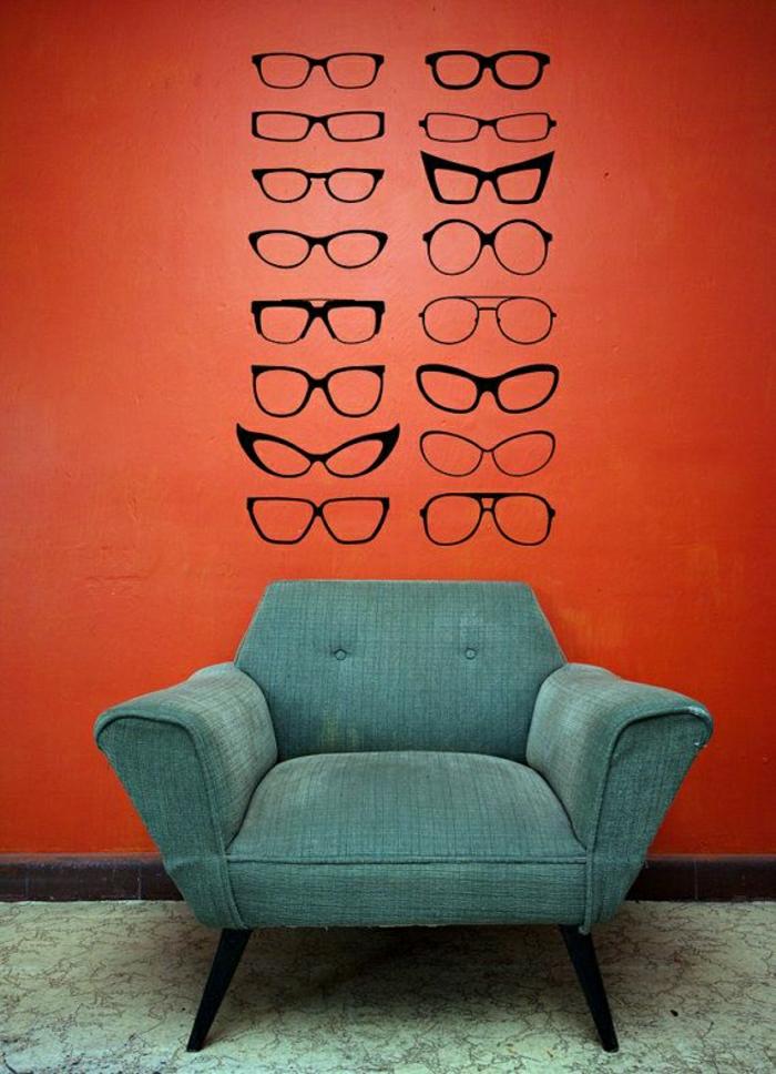 coole-Wandtattoos-Brille-schwarze-Rahmen-verschiedene-Formen-rote-Wand-Sessel