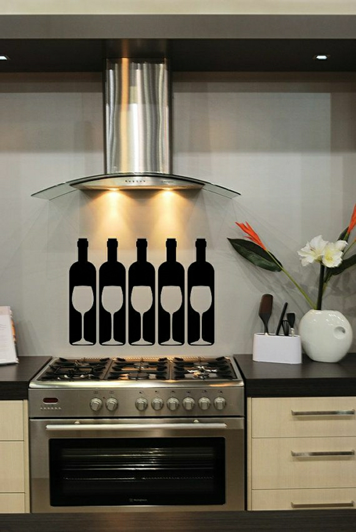 coole-Wandtattoos-Küche-Weingläser-Flaschen-schwarz-weiß-Kontrast