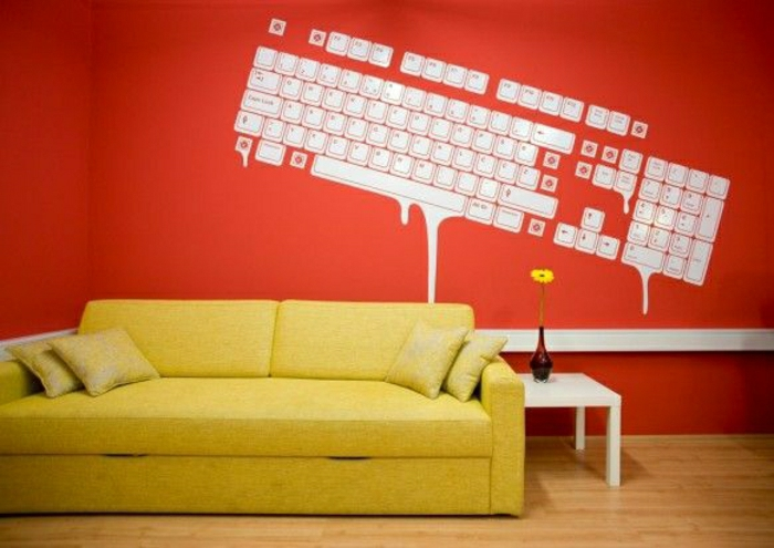 coole-Wandtattoos-Tastatur-rote-Wand-gelbes-Sofa