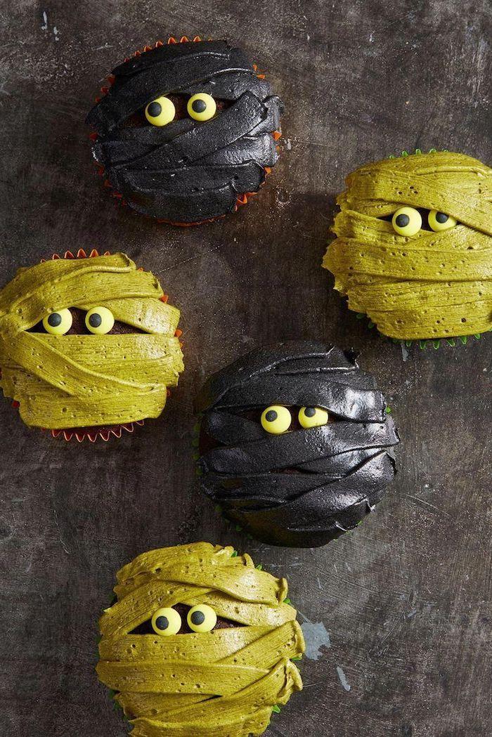 cupcakes halloween rezepte mumien gelb und schwarz mit augen gruselige ideen kinderparty backen inspiration einfache backideen