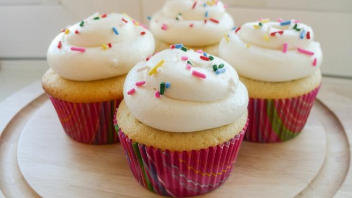 cupcakes-vanille-Sprinkles-bunte-Verpackung-Geburtstag-Süßigkeiten