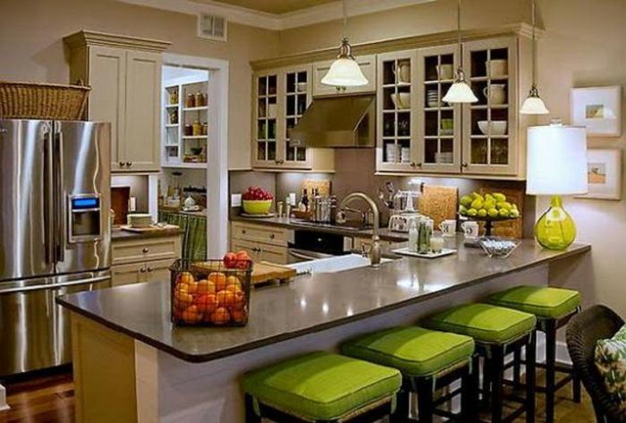 deko-ideen-für-küche-grüne-barhocker