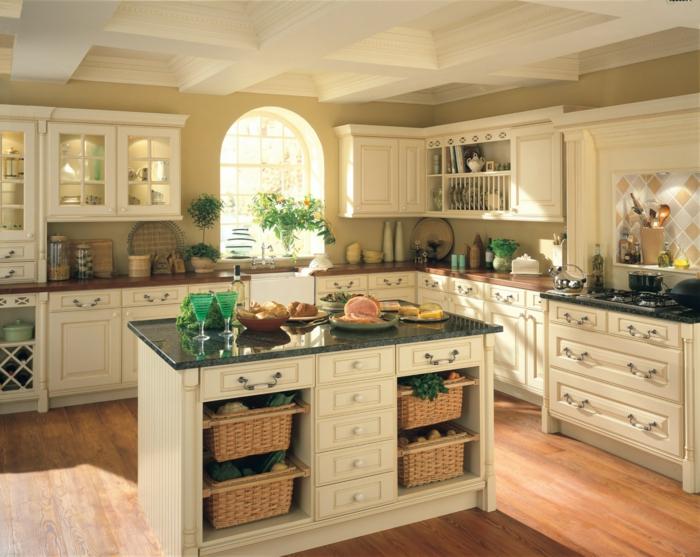 elegante dekoration in weißer landhausküche