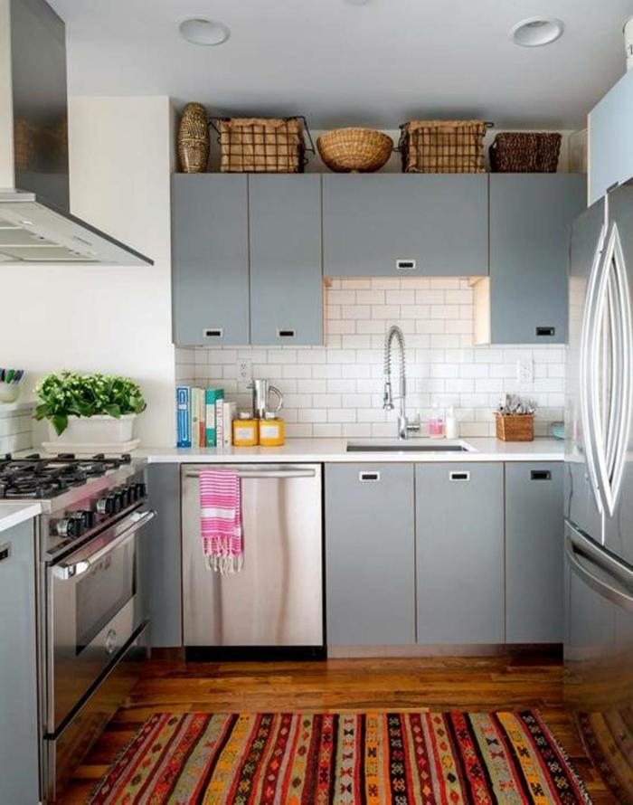 deko-ideen-für-küche-schöner-boden-und-graue-schränke