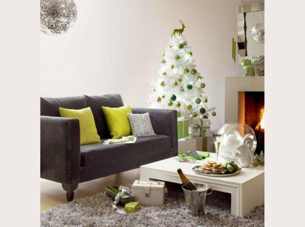 dekorativer-tannenbaum-künstlich-grüner-Schmuck-Kamin-Süßigkeiten
