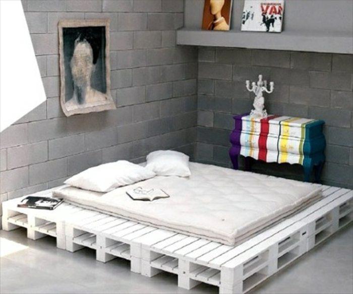 diy-bett-weißes-modell-aus-paletten