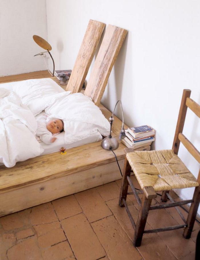 diy-bett-wunderschönes-design-mit-einem-stuhl-daneben