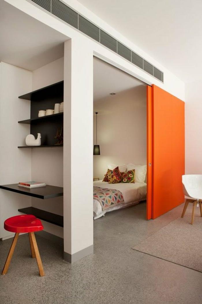 drei-kleine-Räume-Raumteiler-orange-Schiebetür-Boho-Stil-Schlafzimmer