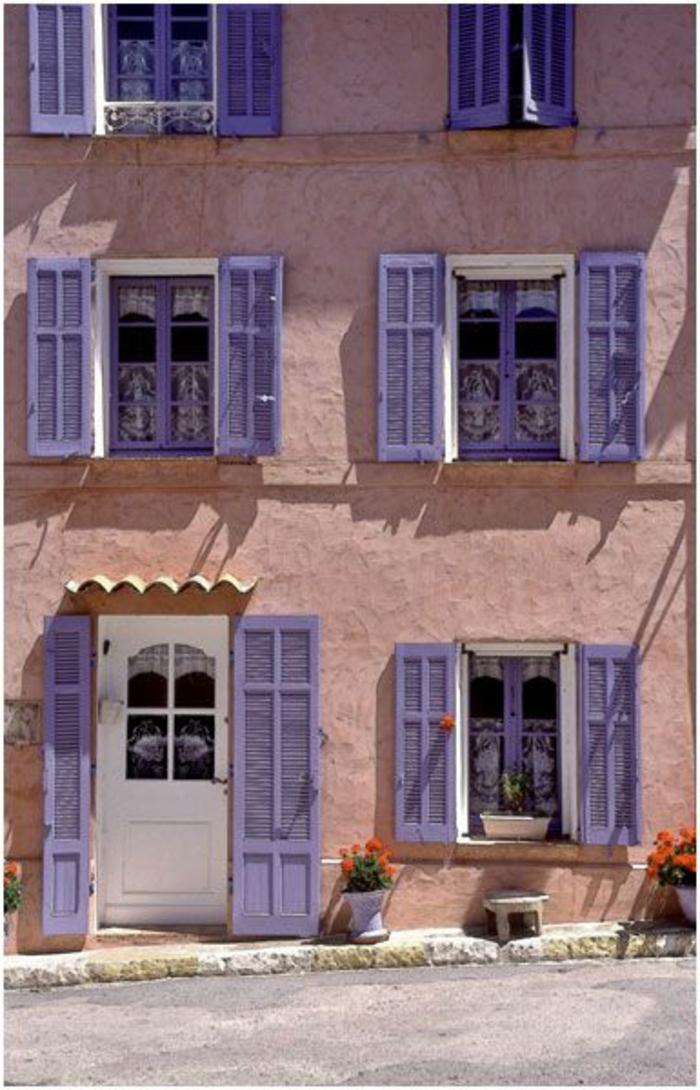 dreistöckiges-Haus-viele-Fenster-lila-Läden-interessant-kreativ