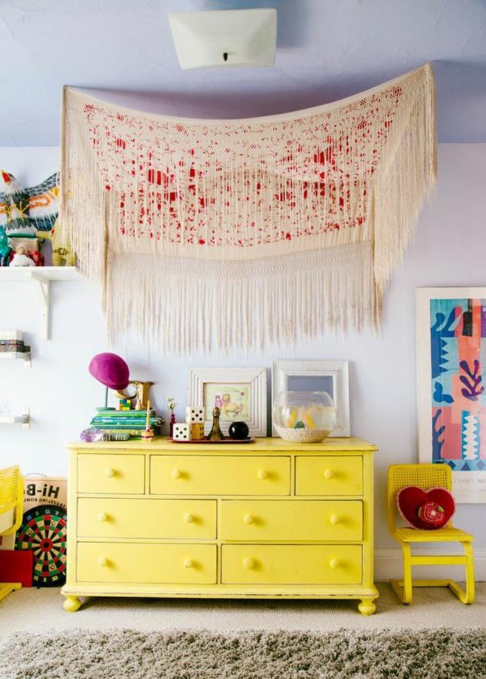 eklektisch-gestaltetes-Zimmer-Boho-Elemente-Dekoration-Klavier-Umhang-gelbe-Kommode
