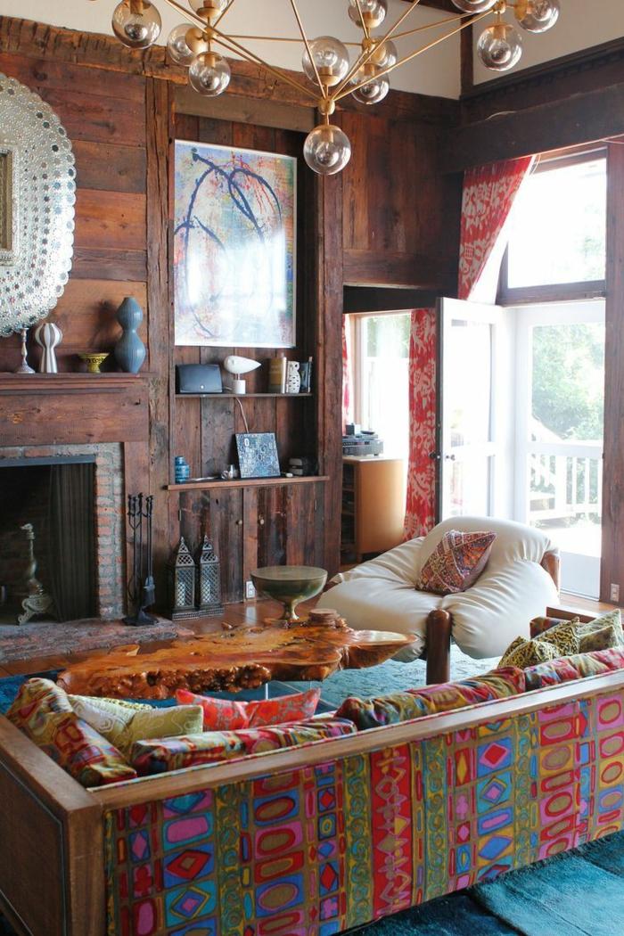 eklektische-Wohnzimmer-Gestaltung-Kamin-Nesttisch-Treibholz-viele-bunte-Kissen-interessanter-Kronleuchter-Dekoration-Vasen-Boho-Stil