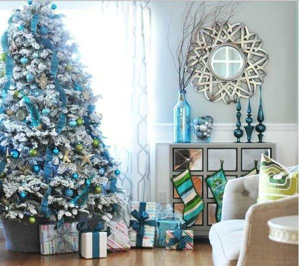 elegant-geschmückter-Tannenbaum-künstlich-blaue-grüne-Dekoration