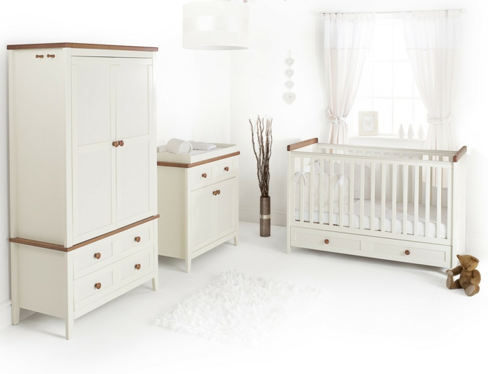 elegante-Kinderzimmer-Gestaltung-Möbel-Creme-Farbe-Babybett-Schubladen-Kommode-Schrank