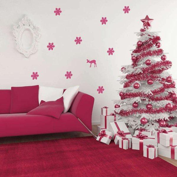 elegante-Wohnzimmer-Gestaltung-weiss-Zyklamen-Farbe-Wandtattoos-künstlicher-tannenbaum-Girlanden-Kugeln-Geschenke