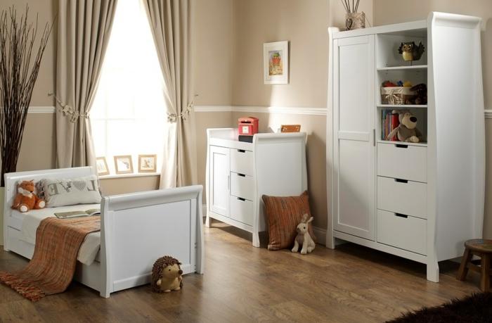 eleganter-Kinderzimmer-Schrank-weiß-Kommode-Bett-elegantes-Design-Plüschtiere-Waldtiere-stilvolle-beige-Gardinen-hölzerner-Hocker