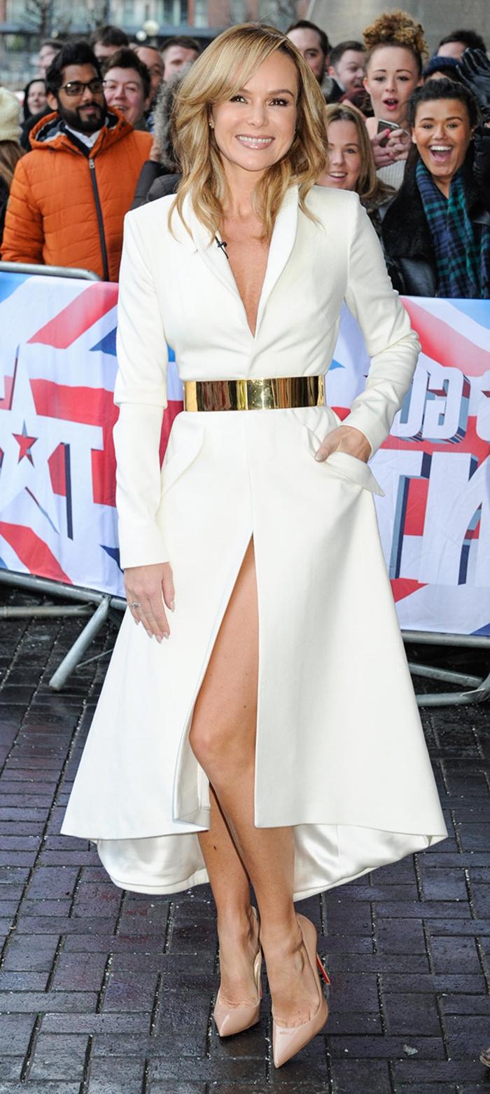eleganter-Mantel-Damen-goldener-Gürtel-Schuhe-Absatz-Körperfarbe
