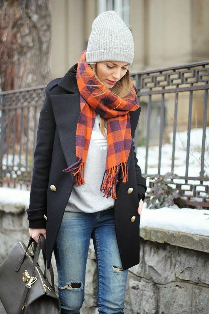 eleganter-Mantel-Damen-schwarz-goldene-Knöpfe-Jeans-graue-Bluse-Adidas-schwarze-Tasche