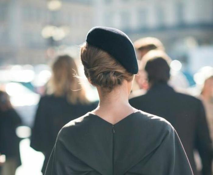 eleganter-Outfit-dunkle-Nuancen-Kleid-Barett-Mütze