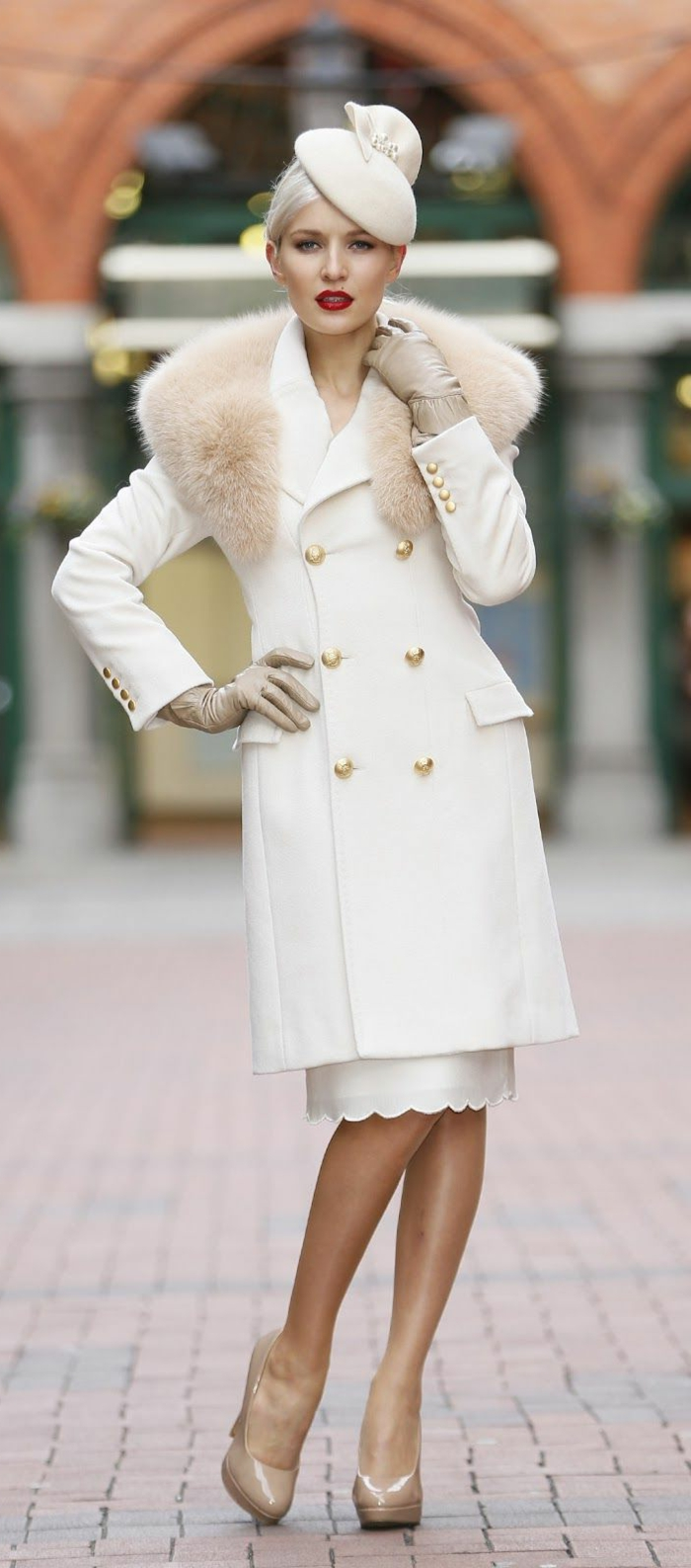 eleganter-Outfit-weiß-Mantel-goldene-Knöpfe-Rock-Schuhe-Körperfarbe