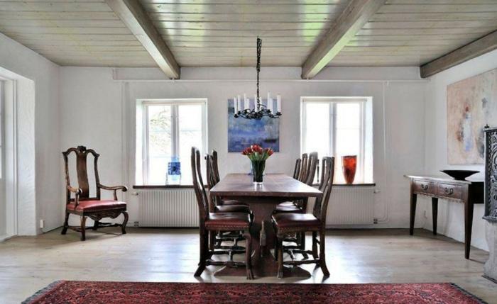 elegantes-Esszimmer-möbel-landhausstil-dunkles-Holz-rote-Tulpen-schöner-Kronleuchter-Kerzen