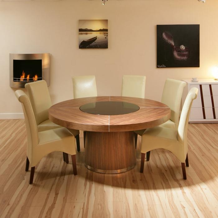 elegantes-Interieur-beige-Leder-Stühle-runder-Esstisch-Massivholz-Kamin-modernes-Design