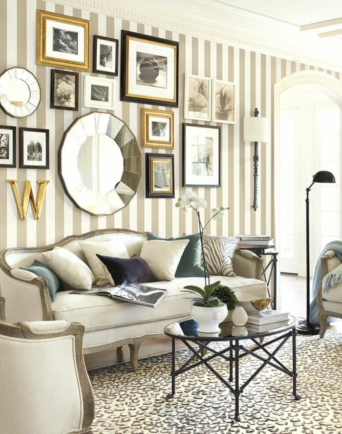 elegantes-Interieur-beige-viele-Fotos-schwarze-Stehlampe-Orchidee-Tapeten-Streifen-modisches-Muster