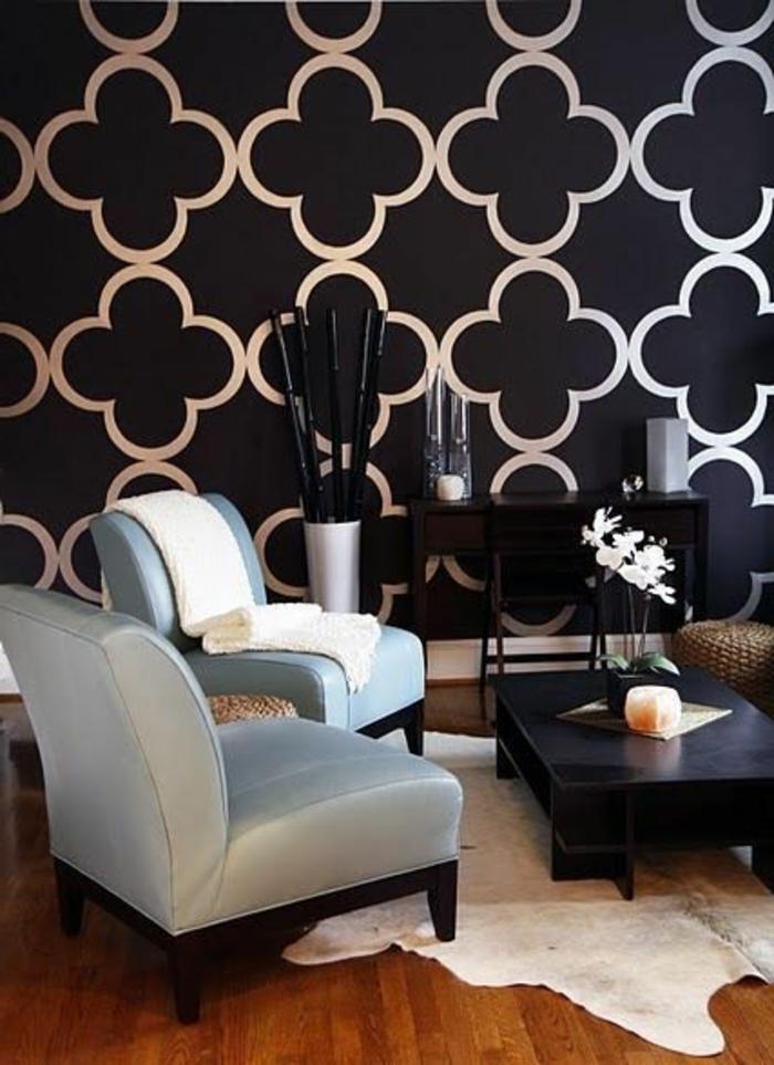 elegantes-Interieur-schwarze-Tapeten-weiße-Figuren-schick-stilvoll