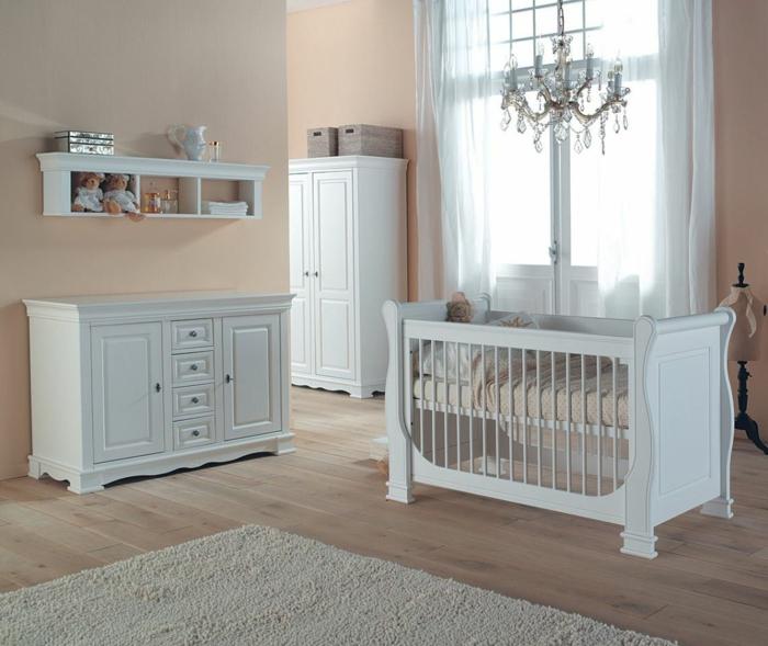 eleganter-Kinderzimmer-Schrank-weiße-Möbel-Kronleuchter-Kristalle-Regal-minimalistische-Einrichtung