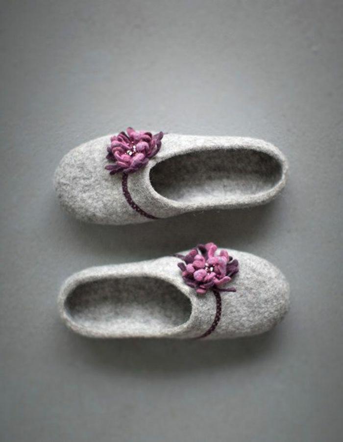 elegantes-Modell-verfilzte-Damen-Hausschuhe-Wolle-grau-lila-Dekoration