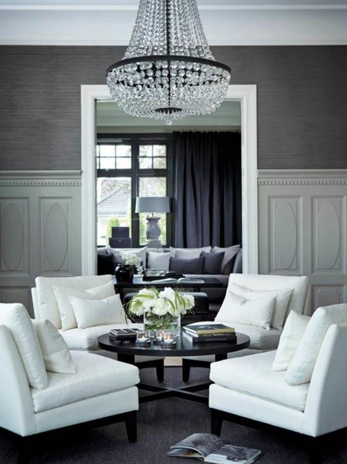 elegantes-Wohnzimmer-Interieur-graue-Tapeten-weiße-Möbel-Kristalle-Kronleuchter