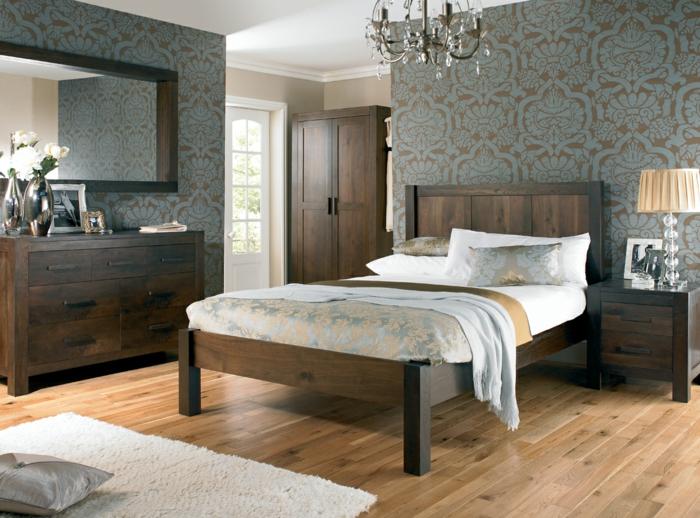 elegantes-luxuriöses-Schlafzimmer-Satin-Bettwäsche-Nachttischlampe-Designer-Tapeten-eleganter-Kronleuchter-hölzerne-rustikale-Kommode