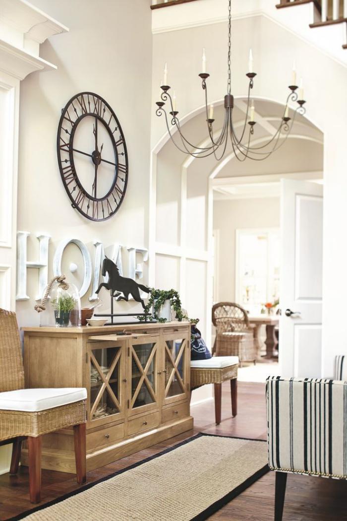 elegantes-weißes-Interieur-stilvolle-Wanduhr